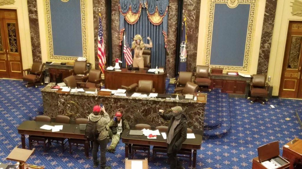 حظر التجول في واشنطن بعد اقتحام أنصار ترامب الكونغرس..